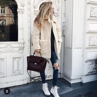 Comment porter: manteau en polaire beige, pull à col rond noir, jean skinny déchiré bleu marine, bottines plates à lacets en cuir blanches