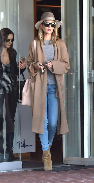 Tenue de Rosie Huntington-Whiteley: Manteau en tricot marron clair, Pull à col rond gris, Jean skinny bleu clair, Bottines en daim olive