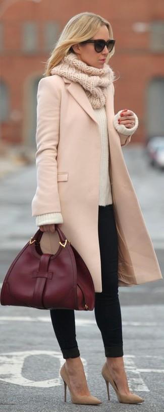 Pense à marier un pull avec un jean skinny noir pour une tenue idéale le week-end. Cette tenue se complète parfaitement avec une paire de des escarpins en daim bruns clairs.