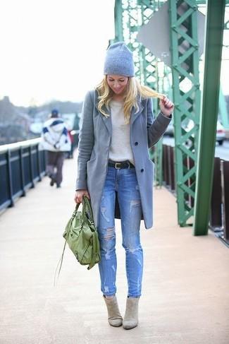 Associe un manteau gris avec un jean skinny déchiré bleu pour obtenir un  look relax mais