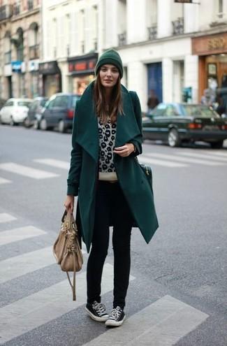 Pour créer une tenue idéale pour un déjeuner entre amis le week-end, essaie d'associer un manteau bleu canard avec un jean skinny noir. Une paire de des baskets basses noires apportera un joli contraste avec le reste du look.