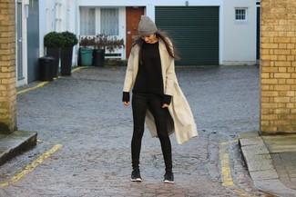 Comment porter: manteau beige, pull à col rond noir, jean skinny noir, chaussures de sport noires