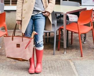 Comment porter: manteau beige, pull à col rond gris, jean skinny déchiré bleu, bottes de pluie rouges
