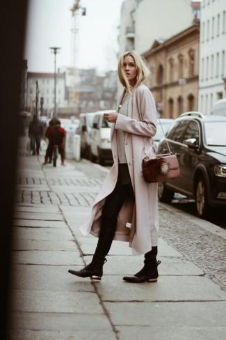 Comment porter: manteau beige, pull à col rond camouflage beige, jean skinny noir, bottines en cuir noires