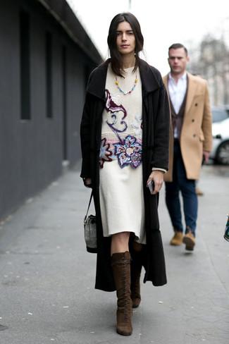 Comment porter: manteau noir, pull à col rond brodé blanc, jupe crayon en laine blanche, bottes hauteur genou en daim marron foncé