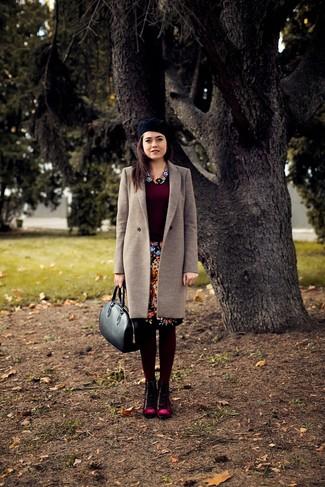 Tenue  Manteau beige, Pull à col rond bordeaux, Jupe crayon à fleurs noire,  Bottines plates à lacets en daim bordeaux   Mode femmes 290d0a7e56b5