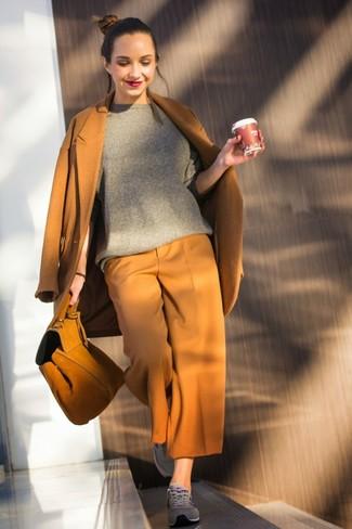 Comment porter: manteau tabac, pull à col rond gris, jupe-culotte tabac, baskets basses grises