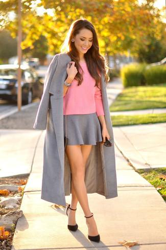 Comment porter: manteau gris, pull à col rond fuchsia, jupe patineuse grise, escarpins en daim noirs