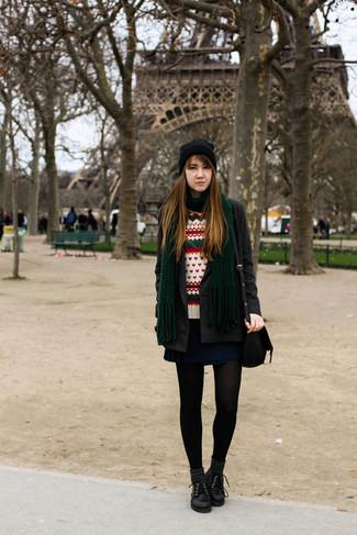Comment porter: manteau gris foncé, pull à col rond en jacquard blanc, jupe patineuse bleu marine, chaussures richelieu en cuir noires