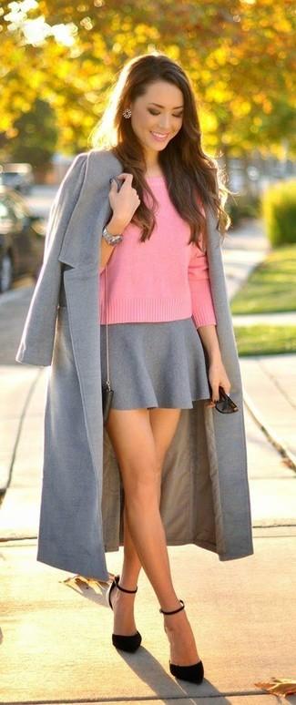 Comment porter: manteau gris, pull à col rond rose, jupe patineuse grise, escarpins en daim noirs