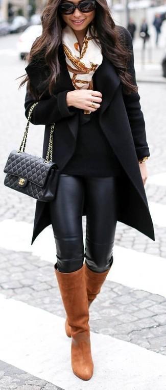 Essaie d'associer un manteau noir avec des leggings en cuir noirs pour un déjeuner le dimanche entre amies. Une paire de des bottes hauteur genou en cuir tabac rendra élégant même le plus décontracté des looks.