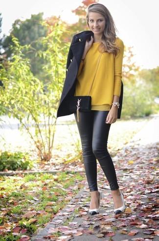 Comment porter: manteau noir, pull à col rond moutarde, leggings en cuir noirs, escarpins en cuir blancs et noirs