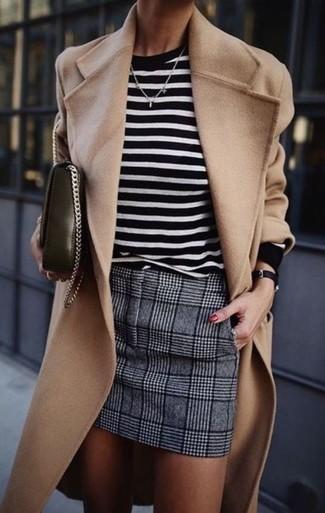 Comment porter un pull à col rond à rayures horizontales blanc et noir: Essaie de marier un pull à col rond à rayures horizontales blanc et noir avec une minijupe en laine écossaise grise pour une tenue idéale le week-end.