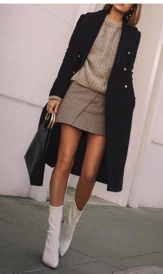 Comment porter un pull à col rond marron: Choisis un pull à col rond marron et une minijupe à carreaux marron pour une tenue relax mais stylée. Une paire de des bottines en cuir blanches est une option génial pour complèter cette tenue.