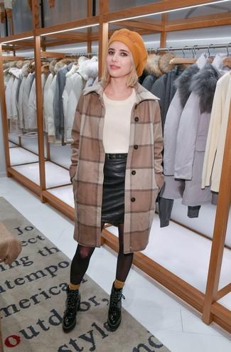 Comment porter: manteau à carreaux marron, pull à col rond beige, minijupe en cuir noire, bottines à lacets en cuir noires
