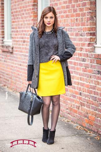 Comment porter: manteau à chevrons gris foncé, pull à col rond duveteux gris foncé, minijupe en cuir jaune, bottines en daim noires