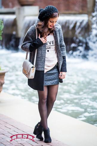 Essaie d'associer un manteau gris foncé avec une minijupe en cuir matelassée noire pour une tenue idéale le week-end. Apportez une touche d'élégance à votre tenue avec une paire de des bottines en daim noires.