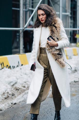 Essaie d'associer un manteau texturé blanc avec une pochette en cuir ornée noire Fendi pour affronter sans effort les défis que la journée te réserve. Cette tenue est parfait avec une paire de des bottines en cuir noires.