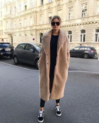 Comment porter: manteau en polaire marron clair, pull à col rond noir, pantalon carotte noir, baskets basses en toile noires et blanches