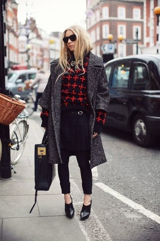 Comment porter: manteau gris foncé, pull à col rond imprimé rouge et noir, pantalon carotte noir, bottines en cuir noires