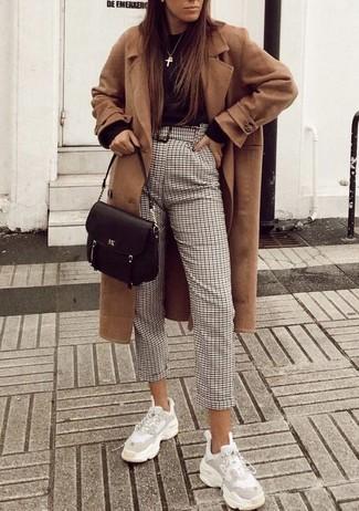 Comment porter: manteau marron clair, pull à col rond noir, pantalon carotte à carreaux beige, chaussures de sport blanches