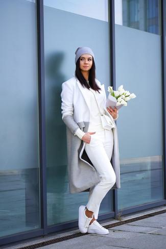 Essaie d'harmoniser un manteau gris avec un pantalon chino blanc pour créer un style chic et glamour. Jouez la carte décontractée pour les chaussures et complète cet ensemble avec une paire de des baskets basses blanches.