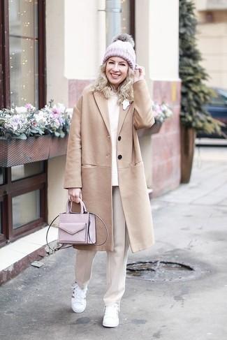 Comment porter: manteau marron clair, pull à col rond beige, pantalon de costume beige, baskets basses en cuir blanches
