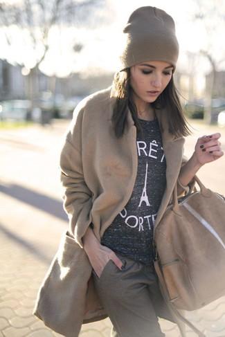 Un manteau brun clair et un bonnet marron clair RVCA sont l'association de ce que chaque fille stylée devrait avoir dans sa garde-robe.