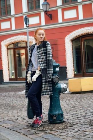 Essaie d'associer un manteau écossais gris avec un pantalon de jogging bleu marine pour une tenue raffinée mais idéale le week-end. Décoince cette tenue avec une paire de des chaussures de sport grises.