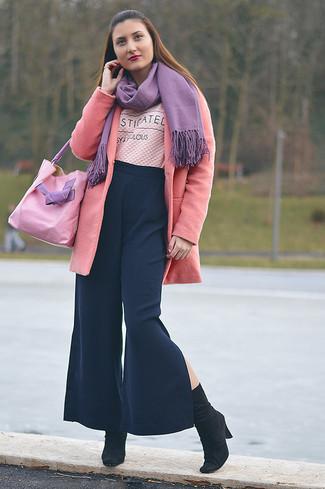 Comment porter: manteau rose, pull à col rond imprimé rose, pantalon large bleu marine, bottes mi-mollet en daim noires