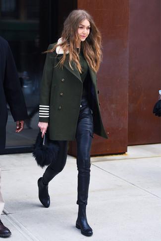 Comment porter: manteau vert foncé, pull à col rond vert foncé, pantalon slim en cuir noir, bottines chelsea en cuir noires