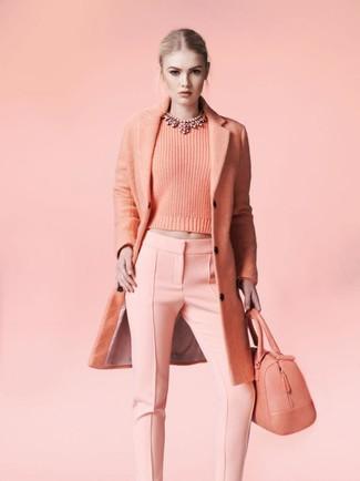 Comment porter: manteau rose, pull à col rond rose, pantalon slim rose, sac fourre-tout en cuir rose