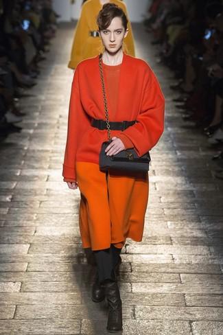 Comment porter: manteau orange, pull à col rond orange, pantalon slim noir, bottines en cuir noires