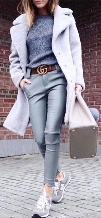 Comment porter un pull à col rond gris: Marie un pull à col rond gris avec un pantalon slim en cuir gris pour une tenue idéale le week-end. Si tu veux éviter un look trop formel, choisis une paire de des baskets basses en daim grises.
