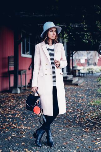 Pense à harmoniser un manteau beige avec une pochette en cuir noire pour un look idéal au travail. Cet ensemble est parfait avec une paire de des bottines en cuir noires.