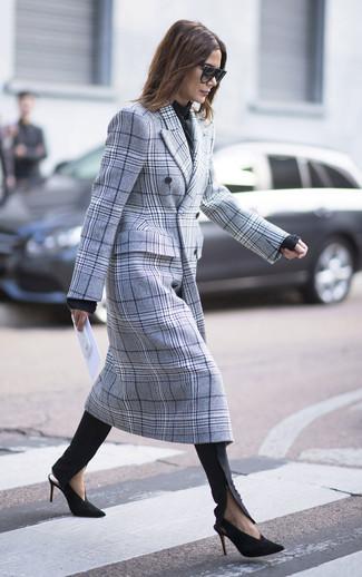 Comment porter: manteau écossais gris, pull à col rond noir, pantalon slim noir, escarpins en daim noir et doré