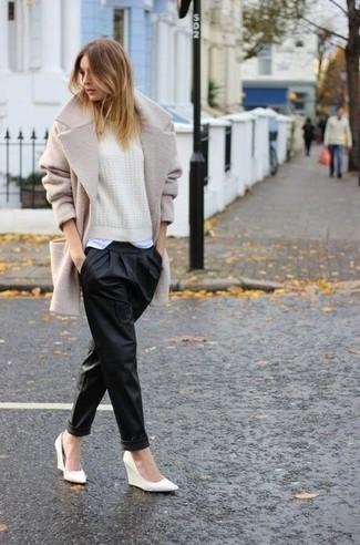 Essaie de marier un pull avec un pantalon style pyjama en cuir noir pour un look idéal le week-end. Une paire de des escarpins compensés en cuir blancs apportera une esthétique classique à l'ensemble.
