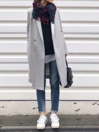 Comment porter: manteau gris, pull à col rond noir, t-shirt à col rond blanc, jean bleu