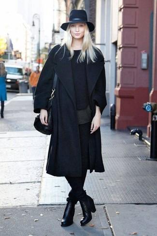 Comment porter: manteau noir, pull à col rond noir, t-shirt à col rond noir, pantalon slim noir