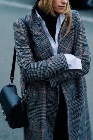 Comment porter: manteau écossais gris, pull à col roulé noir, chemise de ville blanche, pantalon de costume noir