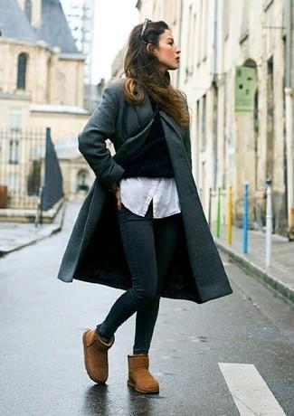 Comment porter: manteau gris foncé, pull à col roulé noir, chemise de ville blanche, jean skinny noir