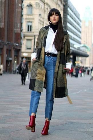 Comment porter: manteau olive, pull à col roulé noir, chemise de ville blanche, jean bleu