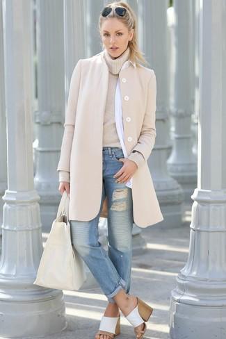 Comment porter: manteau beige, pull à col roulé beige, chemise de ville blanche, jean boyfriend déchiré bleu