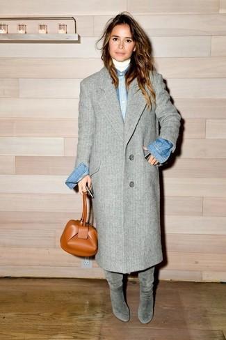 Tenue de Miroslava Duma: Manteau gris, Pull à col roulé blanc, Chemise en jean bleue, Bottes hauteur genou en daim grises