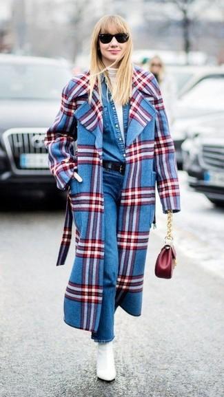 Comment porter: manteau écossais bleu, pull à col roulé blanc, chemise en jean bleue, jean bleu