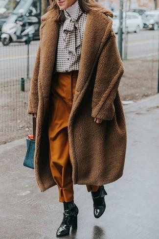 Comment porter: manteau duveteux marron, pull à col roulé blanc, chemisier boutonné imprimé blanc, pantalon carotte tabac