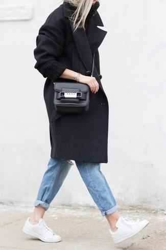Comment porter: manteau noir, pull à col roulé en tricot noir, jean boyfriend déchiré bleu, baskets basses blanches