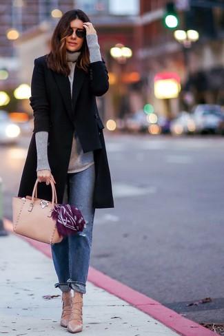 Comment porter  manteau noir, pull à col roulé gris, jean boyfriend bleu, ead18cf172f