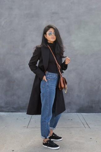 Comment porter: manteau noir, pull à col roulé noir, jean boyfriend bleu, baskets basses noires