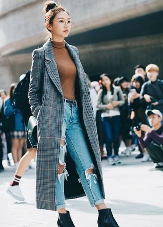 Comment porter: manteau écossais gris, pull à col roulé tabac, jean boyfriend déchiré bleu clair, bottines en cuir noires